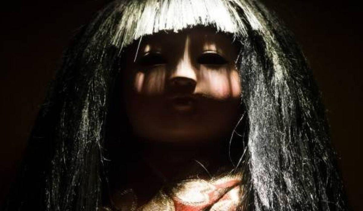 Los labios de la muñeca se humedecen y su mirada parece clavarse en los visitantes